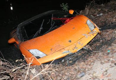 """กู้ซากรถหรู """"ลัมโบร์กินี"""" ตกคลองหลังวัดมูลจินดาราม โชคดีไร้คนเจ็บ"""